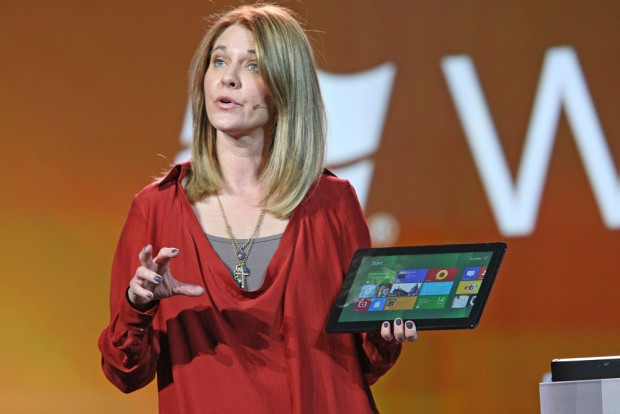 Tami Reller, com tablet Windows 8 na CES.